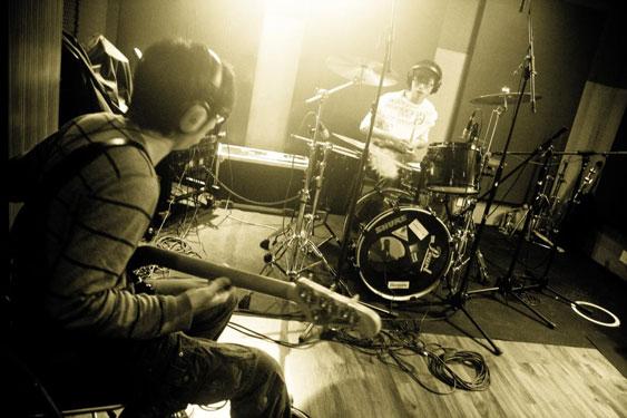 Foto de una toma entre el baterista y el bajista