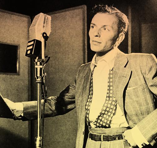 Imagen de Frank Sinatra ante un micrófono