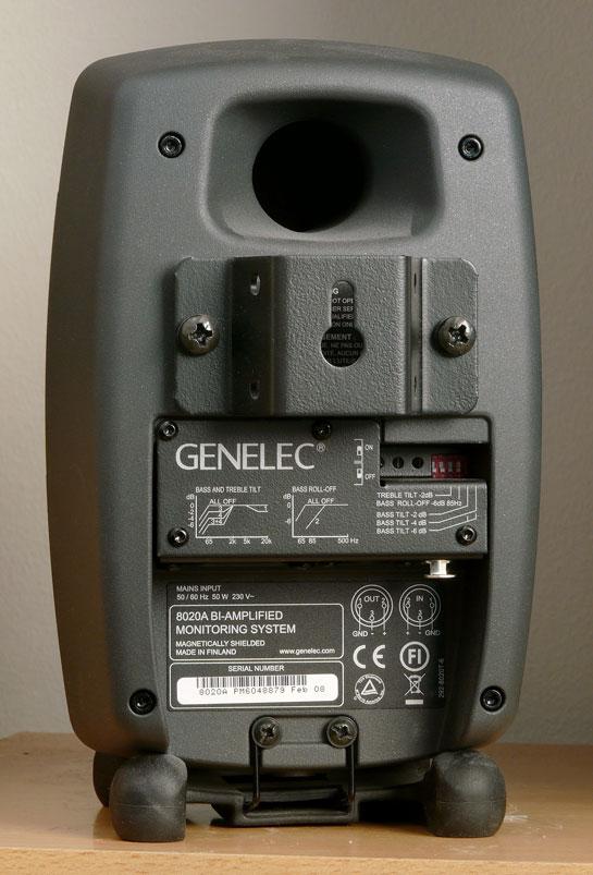 Vista de la parte trasera de un monitor de la marca Genelec, modelo 8020. En la parte inferior se observan algunos interruptores de los circuitos de compensación incluídos.