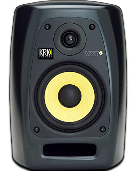 Monitor de campo cercano con diseño de puerto o bass reflex tipo. En este modelo el orificio está en la parte frontal del monitor, pero hay otros que lo tienen en la parte trasera.