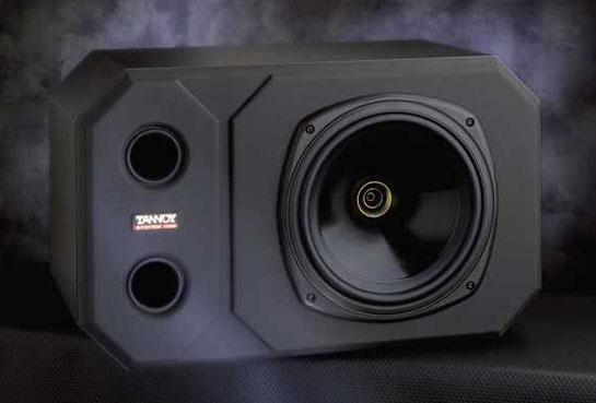 Monitor de diseño coaxial de Tannoy, modelo System 1000. Hacia la derecha se observa el woofer y en el centro del mismo el tweeter en dorado.
