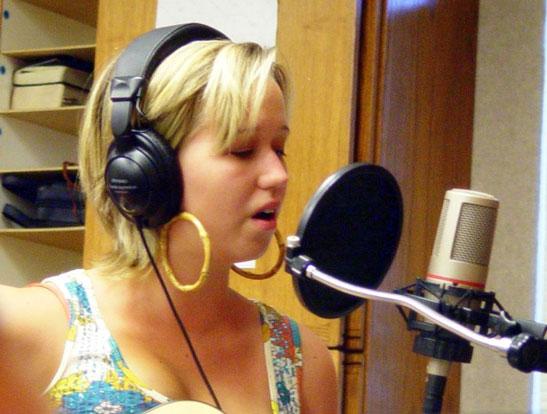 Ejemplo de la distancia sugerida entre el cantante y el micrófono.