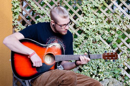 Es muy diferente escuchar una guitarra acústica en solitario, que hacerlo en una mezcla.